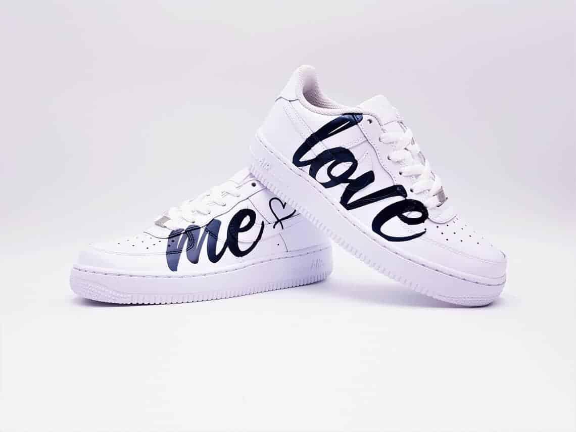 Vous avez toujours rêvé d'une mariage en Nike Air Force 1 ? Avec la version Love Me, Double G Customs vous proposes une paire de chaussures de mariage personnalisée parfaite.