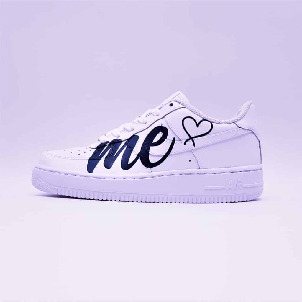Un mariage en Nike avec les Nike AF1 Love Me par Double G Customs. Une paire à la fois street wear et chic pour mariage décontracté.