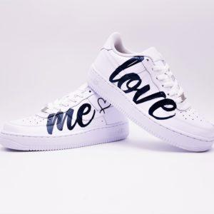 Les Nike Air Force 1 Love Me, une paire de Nike Air Force 1 cusomisée pour les mariages par Double G Customs