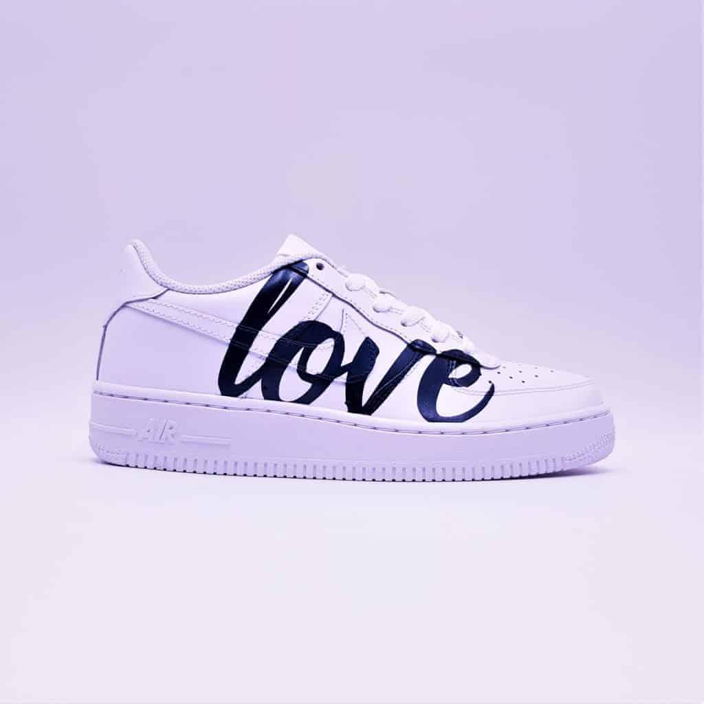 Les Air Force 1 de Nike revisitée par Double G Customs dans une version personnalisées Love Me pour les mariages.