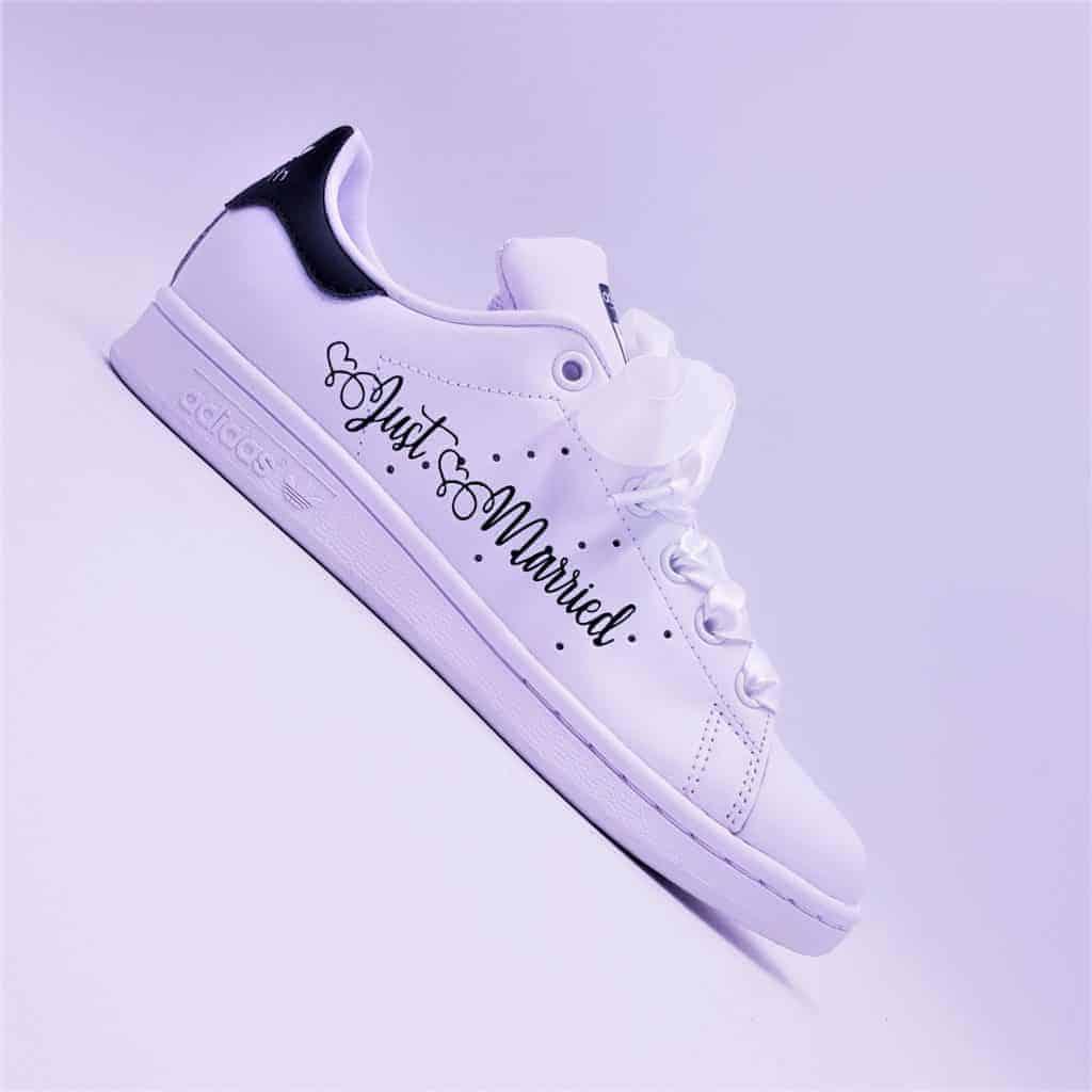 Les Adidas Stan Smith Just Married Boho, la paire de chaussures personnalisées idéale pour votre mariage chic et décontracté par Double G Customs.