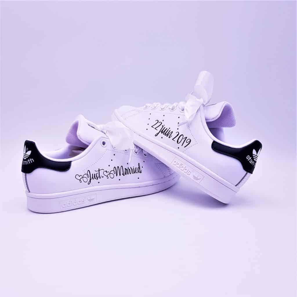 Une paire de chaussures personnalisées Adidas Stan Smith Just Married Boho spécialement prévue pour les mariages. Chaussures customisées par Double G Customs.