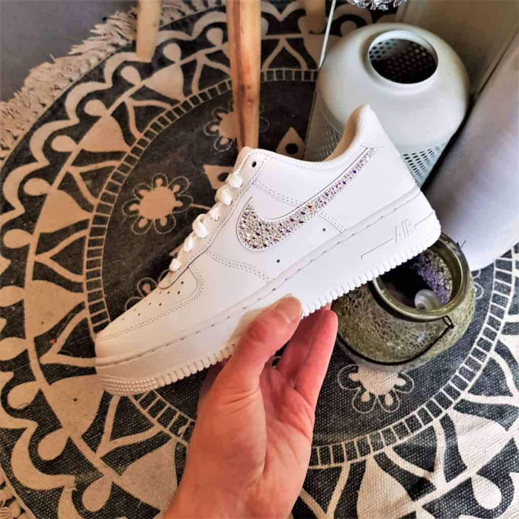Des Chaussures personnalisées par Double G Customs, les Nike Air Force 1 Swarovski illumineront vos pieds tout l'été!