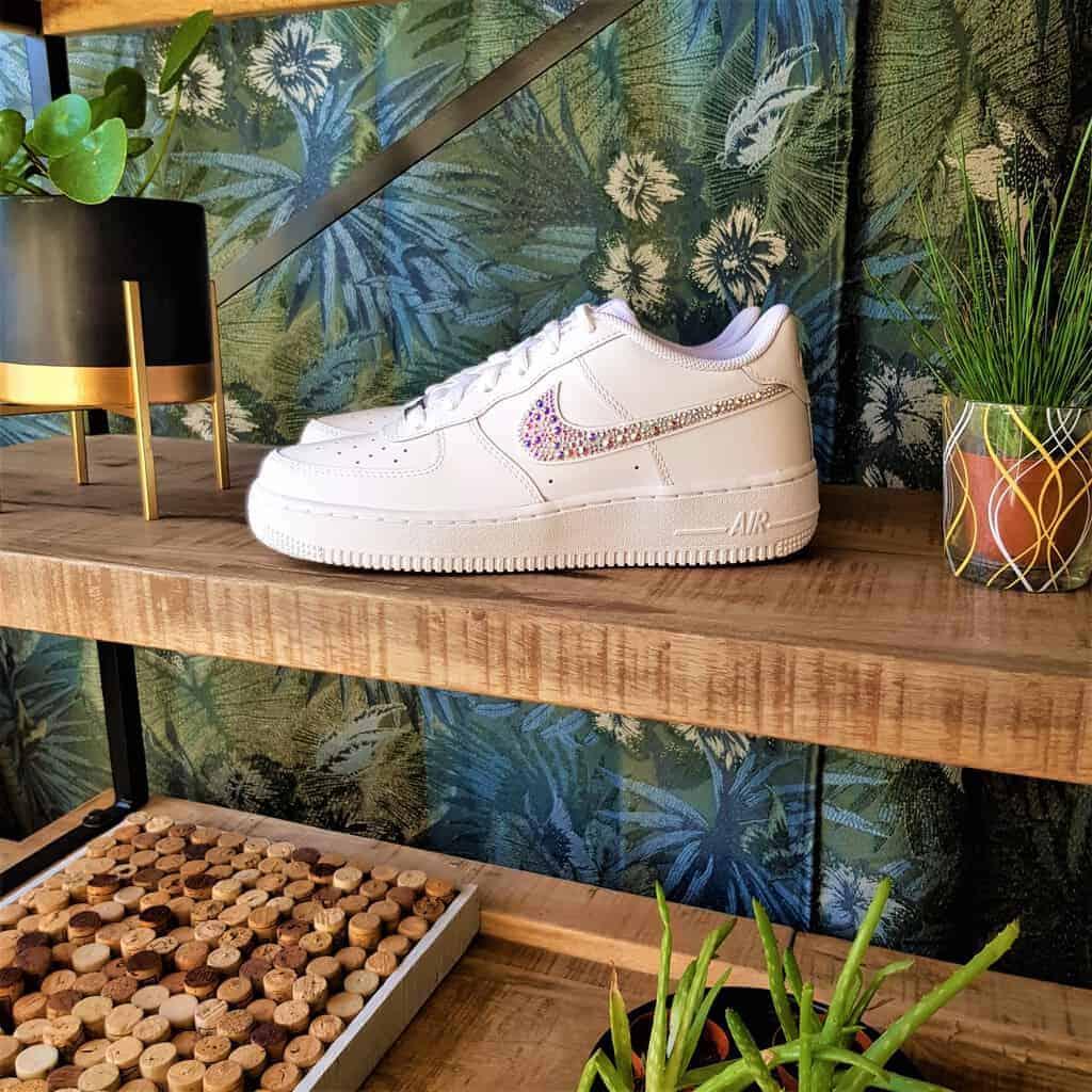Les Nike Air Force 1 Swarovski, une paire de Nike Air Force 1 avec des strass Swarovski multicolores. Des chaussures personnalisées par Double G Customs.