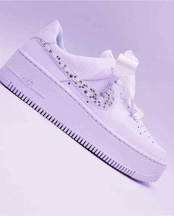 Les Nike air force 1 Wedding pearl, le mélange parfait entre élégance et confort. Une paire de chaussures customisée avec des perles et des Strass Swarovski pour les mariages.