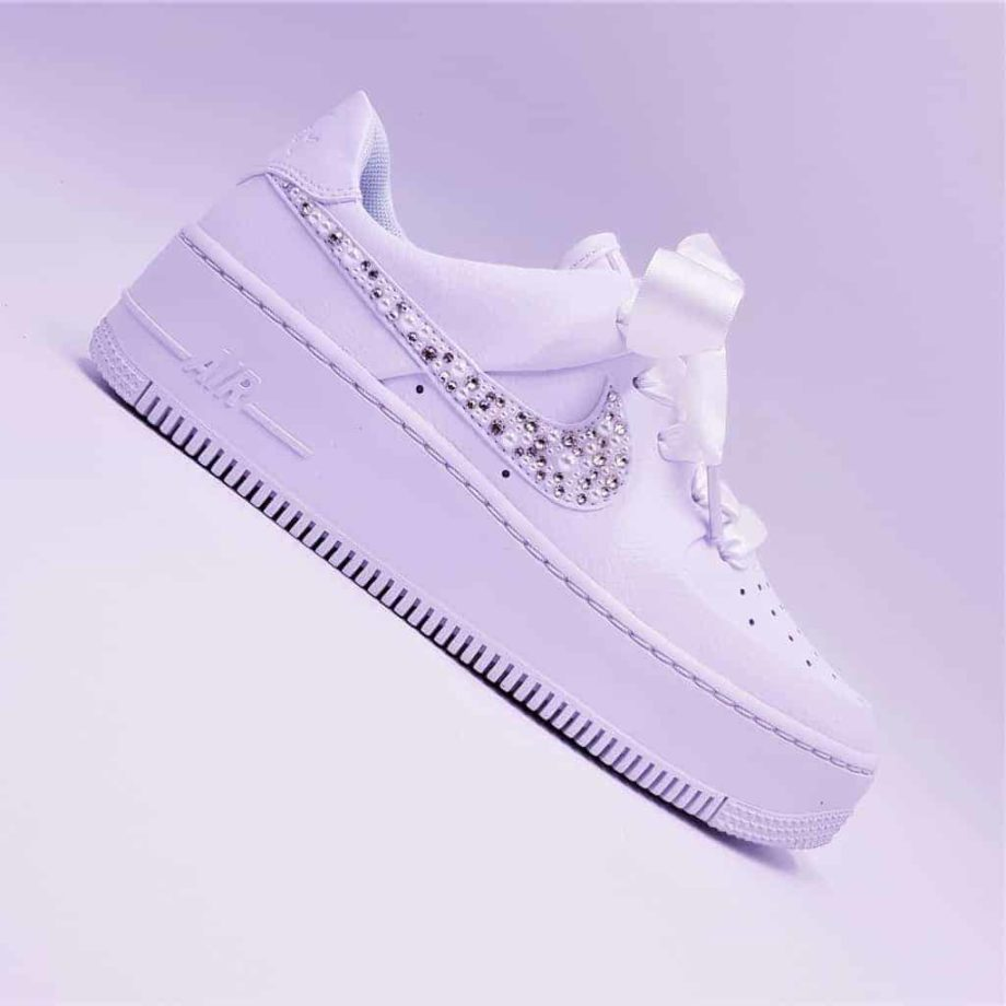 Nike air force 1 Wedding pearl, the perfect blend of elegance and comfort. A pair of customised shoes with pearls and Swarovski Strass for weddings.