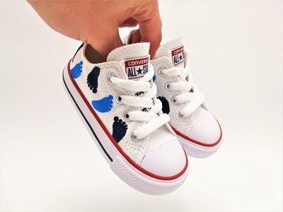 converse bébé demande de marraine. Chaussures personnalisées par Double G Customs pour les naissances.