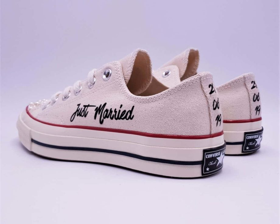 Les Converse Just Married Pearl 70s, une paire de converse beige personnalisées pour les mariages en baskets par Double G Customs.