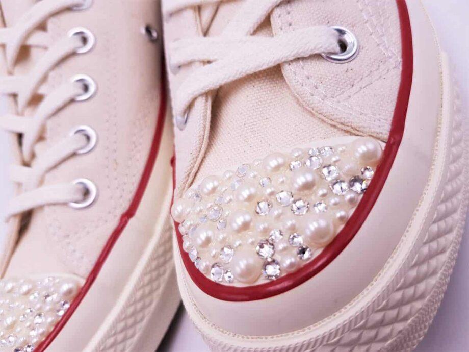 Des Converse Just Married beige pour les mariées avec une robe yvoir. Une paire de Converse Just Married Pearl 70s réalisée par Double G Customs.