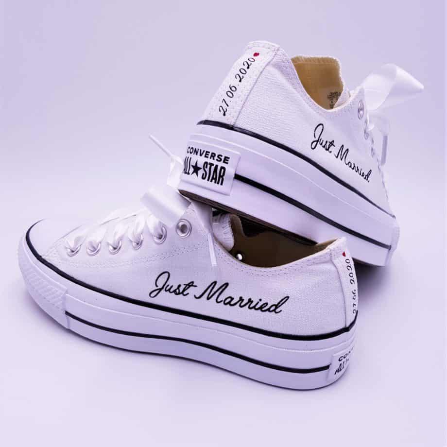 Des Converse lift personnalisées avec les inscriptions Just Married et la date par Double G Customs, atelier de création de chaussures personnalisées pour les mariages.