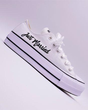 Les Converse Just Married Lift, le meilleur moyen de gagner quelques centimètres le jour de votre mariage sans avoir mal aux pieds. Chaussures customisées par Double G Customs.