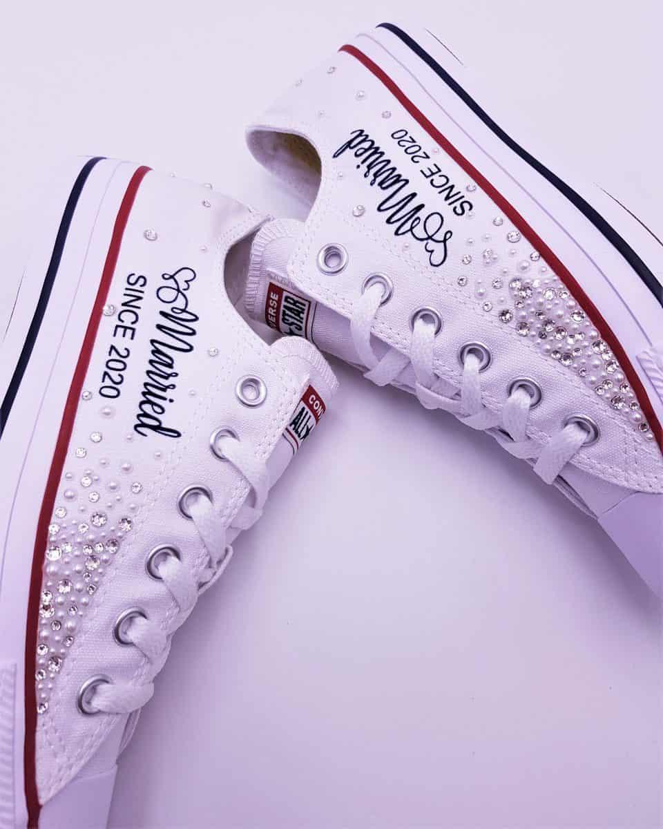 Des chaussures personnalisées avec des Strass Swarovski pour les mariages, les Converse Galaxy Married Since de Double G Customs.
